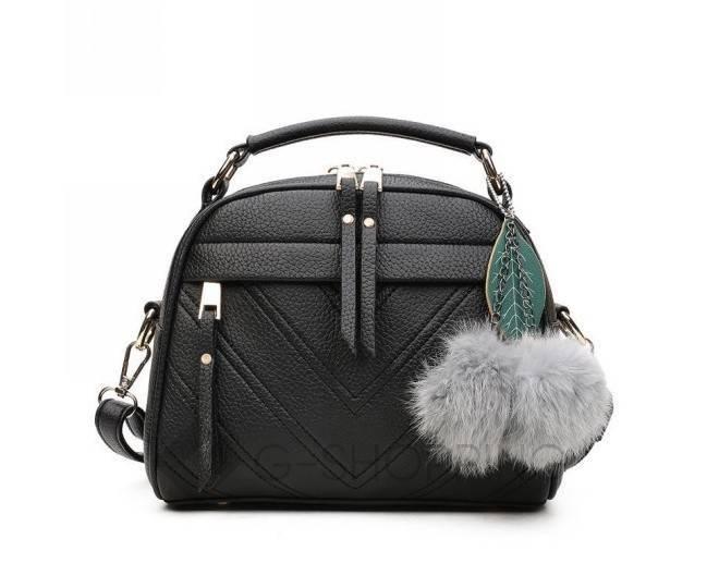 Женская квадратная черная сумочка из экокожи с меховым брелком, фото 3