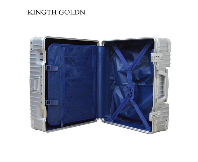 Пластиковый чемодан на колесиках серебристый DL068 3,7кгПластиковый чемодан на колесиках серебристый DL068 3,7кг